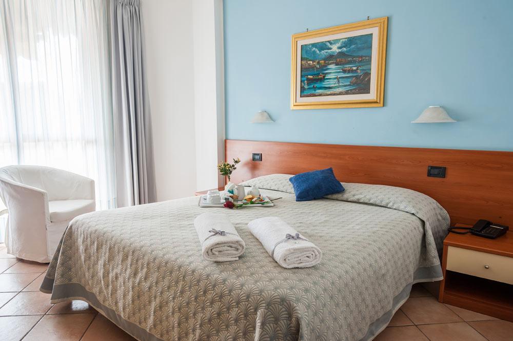 http://www.hotelbaccocilento.it/wp-content/uploads/2016/12/hotelbacco-matrimoniale-01.jpg