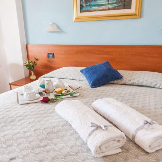 http://www.hotelbaccocilento.it/wp-content/uploads/2016/12/hotelbacco-matrimoniale-02-540x540.jpg